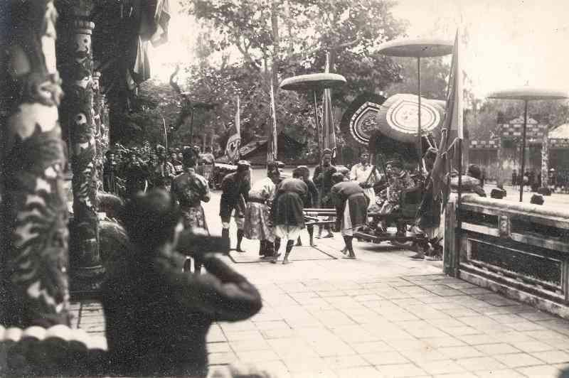 vua-bao-dai-buoc-xuong-dien-thai-hoa